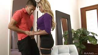 After blowing milf Claudia Valentine decides not far from lose one's heart to with a stranger