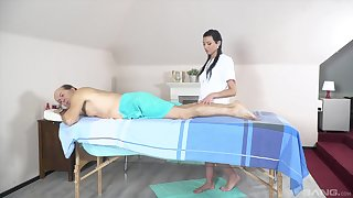Massage leads the superannuated man to fuck the teen masseuse