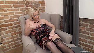 Horny mature mommy Veronika Sindlerova drops on their way knees to give a BJ