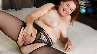 Pantyhosed mature Drifter Leigh rubs one out